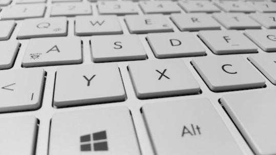 Teclado de ordenador con las teclas X e Y en primer plano, haciendo referencia a las teorías X e Y de gestión de personas en las organizaciones